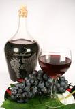 Glasrotwein und Traube Stockbild