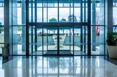 Glass automatisk ingång för glidningsdörrar royaltyfria foton