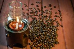 Glass bönor för lampbambukaffe på Wood yttersida Arkivfoto