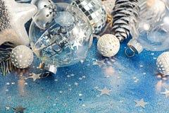 Glass boll, ferieljus och silverkottar för julträd D arkivbilder