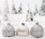Glass bollar för jul i vinterminiatyrskoglandskap med snö arkivfoto