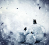 Glass bollar för jul på vintertappningbakgrund stock illustrationer