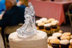 Glass bröllopstårtatopper av ett danspar royaltyfria foton
