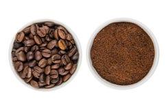 Glass bunkar med jordkaffe och grillade kaffebönor Arkivfoton