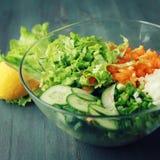 Glass bunke med cutted grönsaker för en sallad royaltyfri bild