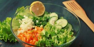 Glass bunke med cutted grönsaker för en sallad royaltyfria foton