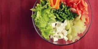 Glass bunke med cutted grönsaker kopiera avstånd royaltyfria foton