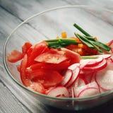 Glass bunke med grönsaker för en vegetarisk sallad arkivbild