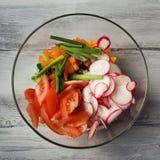 Glass bunke med grönsaker för en vegetarisk sallad royaltyfria foton