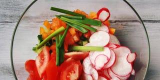 Glass bunke med klippta grönsaker för en strikt vegetariansallad fotografering för bildbyråer