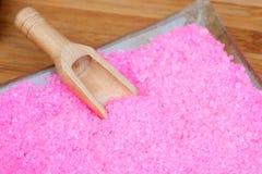 Glass bunke med rosa badsalt Royaltyfri Bild