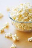 Glass bunke mycket av popcorn Fotografering för Bildbyråer