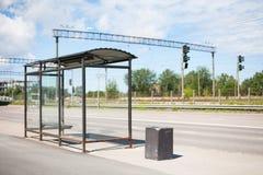 Glass bussstation bredvid en huvudväg Royaltyfri Foto