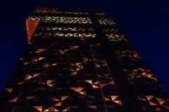 Glass byggnad för kontor i abstrakt begrepp på natten Royaltyfria Bilder