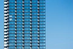 Glass byggnad i blå himmel Arkivfoton