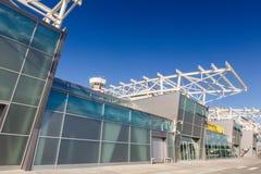 Glass byggnad i flygplatsen royaltyfri bild
