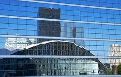 Glass byggnad, linjer och reflexioner Arkivbilder