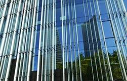 Glass byggnad, linjer och reflexioner Royaltyfri Bild