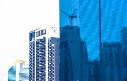 Glass byggnad med konstruktionsreflex arkivbilder