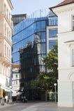 Glass byggnad med reflexioner Royaltyfri Fotografi