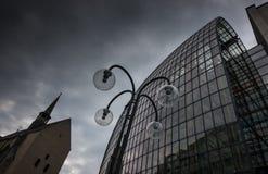 Glass byggnad och lykta i Cologne, Tyskland arkivfoto