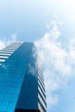 Glass byggnad och moln Arkivfoto