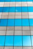Glass byggnad och moln Arkivbilder