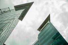 Glass byggnad och två torn Royaltyfri Bild