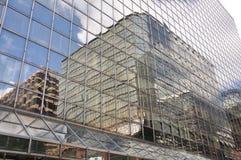 Glass byggnad reflekterar utanför Arkivfoton