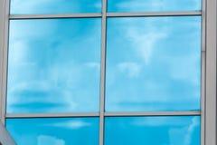 Glass byggnadsfasad med reflexioner Royaltyfria Bilder