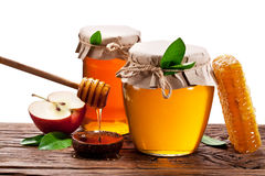 Glass cans mycket av wood honung, äpplen och honungskakor Mappconta Royaltyfri Fotografi
