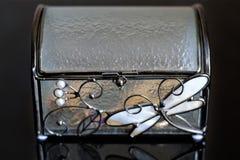 Glass casket med guld Arkivfoton