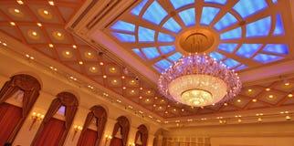 Glass Chandellier i ett storslaget tak royaltyfri foto