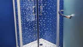 Glass dörr för dusch med handtaget royaltyfria foton