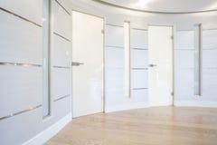 Glass dörr inom rymlig korridor royaltyfri bild