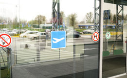 Glass dörrar av flygplatsterminalen royaltyfri foto