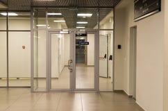 Glass dörrar i flygplatsen för materialet Royaltyfri Foto