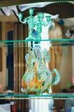 Glass diagram ställning på en spegelhylla arkivbild