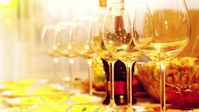 Glass exponeringsglas på en tabell i en restaurang, banketttabellen, exponeringsglas av vin arrangerar belysning 3840x2160 arkivfilmer