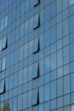 Glass fönster för fasad av en byggnad Royaltyfri Bild