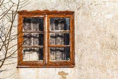 Glass fönster för gammal sprucken vägg Arkivbild