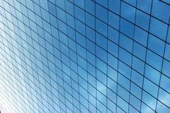 Glass fönster i en byggnad för företags affär Arkivfoto