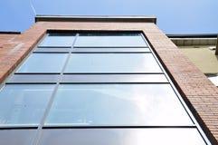 Glass fönster i hyreshus Royaltyfria Foton