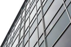 Glass fönster som bygger den kommersiella kontorsfasaden Arkivbilder