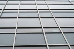 Glass fönster som bygger den kommersiella kontorsfasaden Royaltyfria Foton