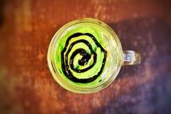 Glass för grönt te och mintkaramellmed choklad Arkivfoton