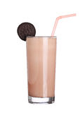 Glass för milkshakechokladanstrykning som isoleras på vit royaltyfria bilder