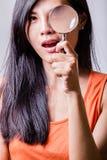 glass förstorande kvinna Fotografering för Bildbyråer