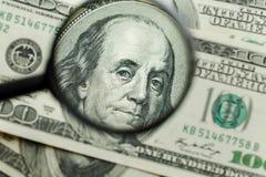 glass förstorande pengar för bakgrund arkivfoton