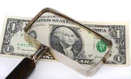 glass förstoring för dollar under Arkivbilder